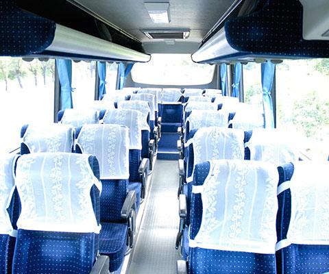 団体様の移動に適した中型バス