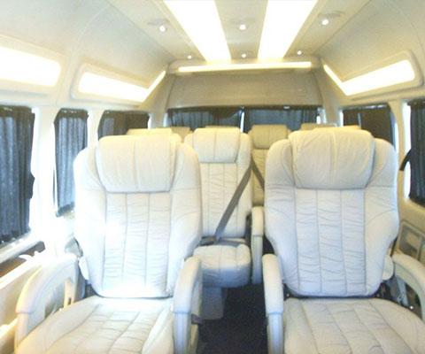 広々とした車内でバリ島観光も快適