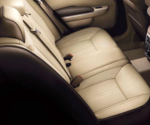 上質なインテリアで贅沢なひと時を味わえる車内