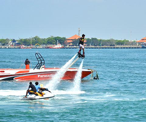 水を噴射する器具を足に装着し空中へ高く舞い上がるフライボート