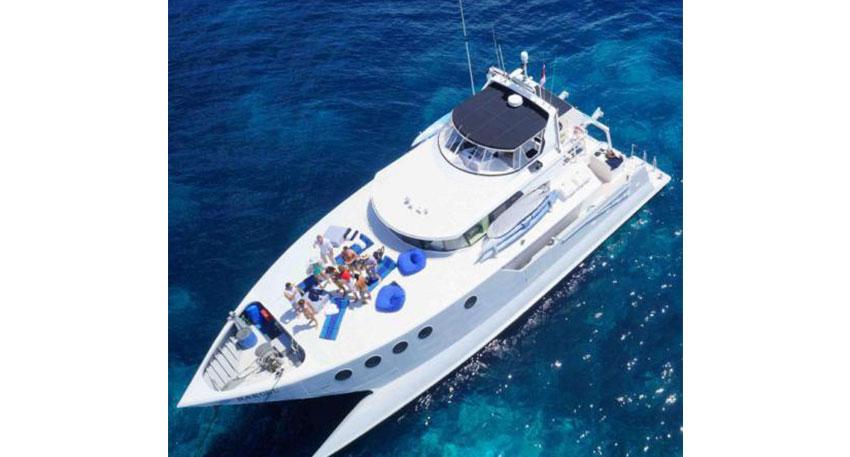バリ島周辺の離島の海をクルージング