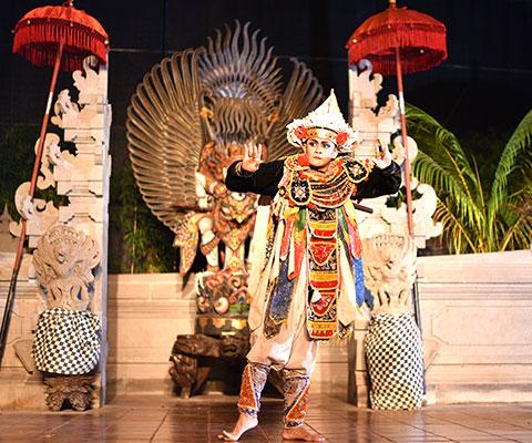 迫力のあるバリ島の伝統舞踊を間近で鑑賞することが出来ます