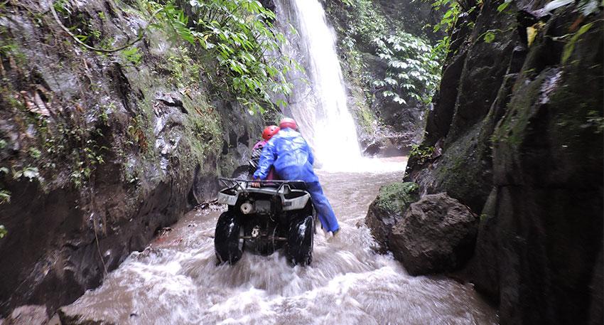 滝が流れる迫力のあるコースです