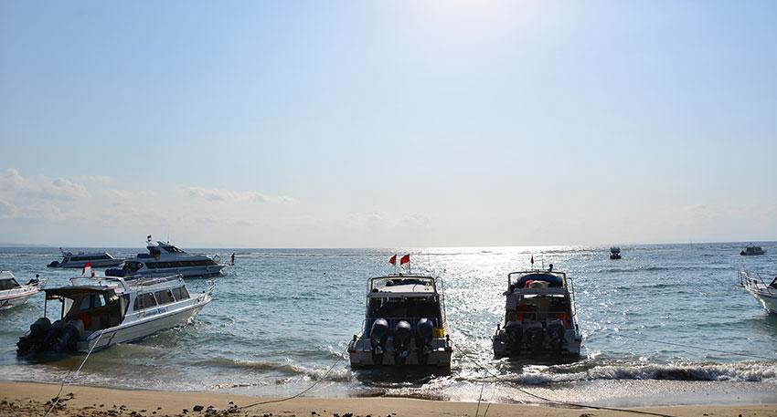 青い海が広がるレンボンガン島