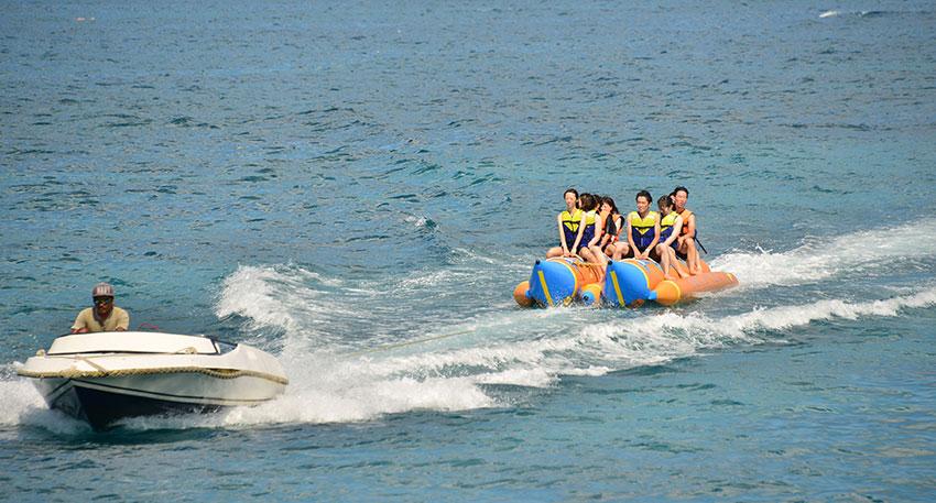 バナナボートで遊びましょう