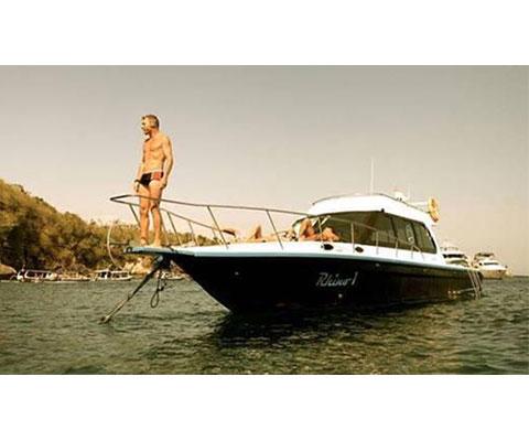贅沢なプライベートボートチャーター