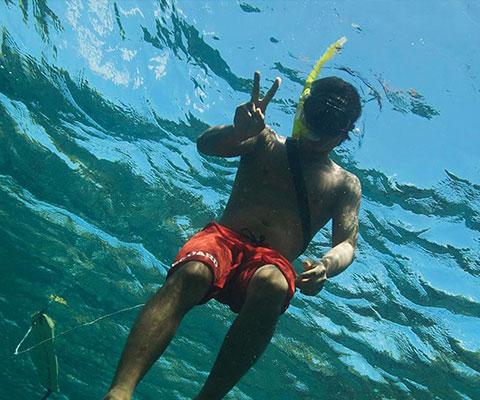 レンボンガン島の海でシュノーケリング