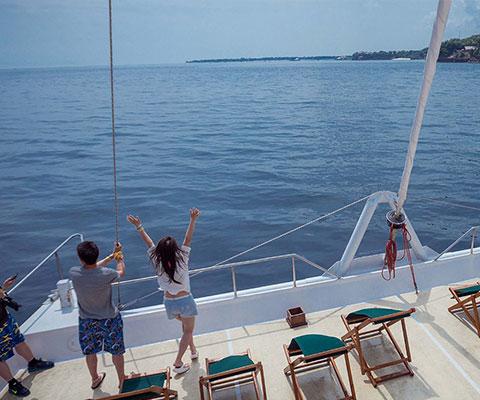 レンボンガン島までのクルージングをお楽しみください