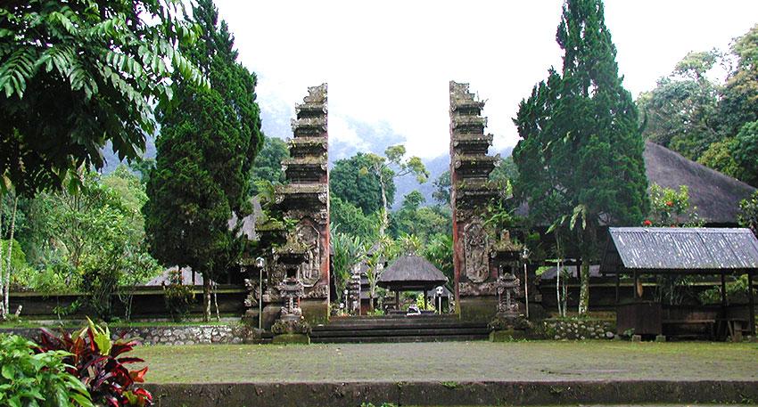 バリで2番目に高いバトゥカル山中腹にあるバトゥカル寺院