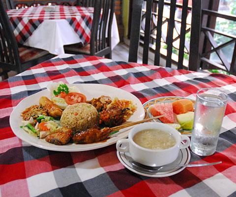 夕食はインドネシア料理のナシチャンプル