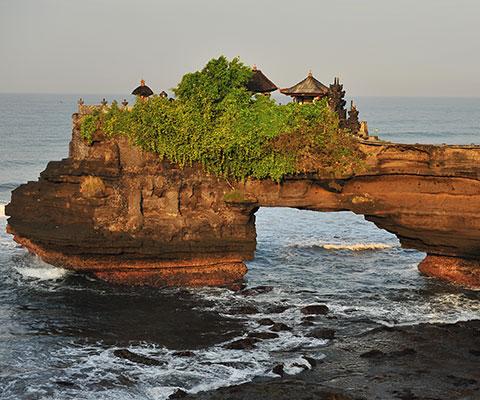 岩礁上に建てられた寺院