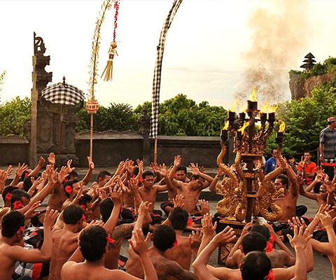 ウルワツ寺院を眺めながらダンス観賞