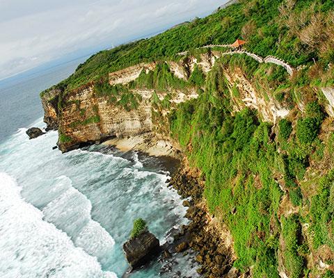 断崖絶壁に建つウルワツ寺院を訪れるオプショナルツアー